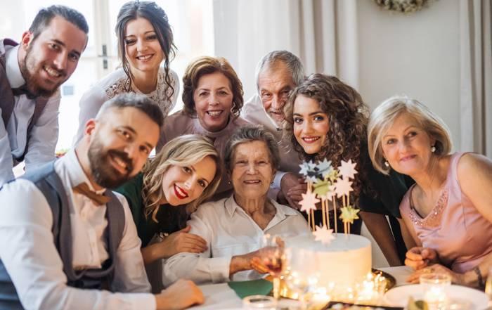 zdjęcie rodzinne na urodzinach w restauracji